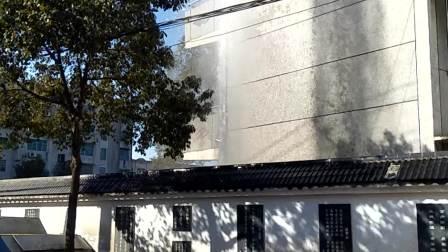 爆裂的水管导致水涌向空中