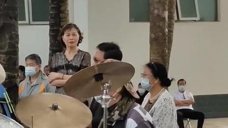 冯毅演唱的《莫斯科有你的爱》三亚金声管乐队伴奏.摄录:韩炅卿2021.1.21.