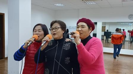 三人自学《北国之春》歌舞升平退休生活自娱自乐