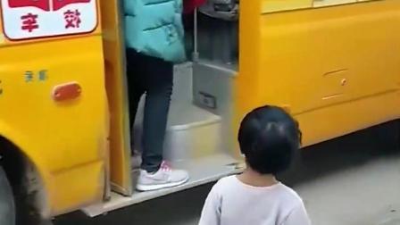 趣味童年:弟弟接姐姐放学呀!