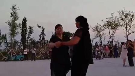 姐妹快乐的舞起来