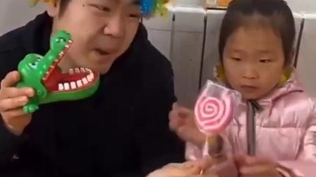 趣事童年:给猪爸爸一个棒棒糖吃