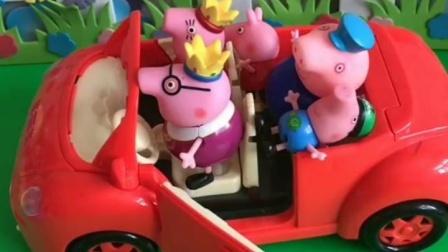 猪爸爸开车,结果乔治一家都来车上了,把乔治佩奇挤到后备箱了