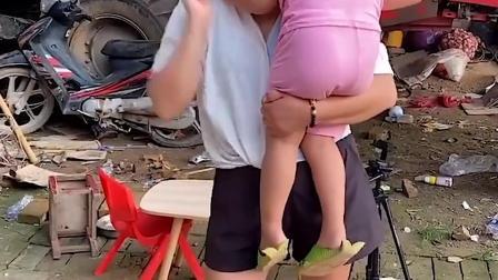 童年趣事:小萌娃怎么在妈妈怀里睡着了