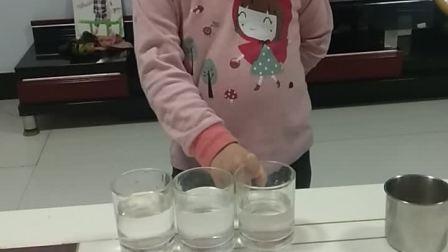 姑娘自娱自乐玩的挺嗨啊!
