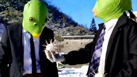 奥特曼跟鱼头怪玩扔雪球!