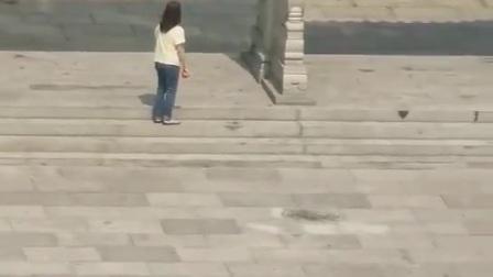 一年轻女子只穿内衣从广州城隍庙里走出遭多人各种评论。
