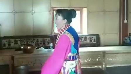 边甩水袖边唱民谣的藏族阿姨