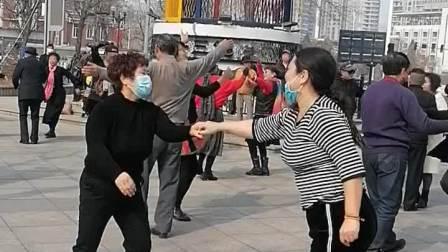 小王姐和舞友在佟楼公园吉舞