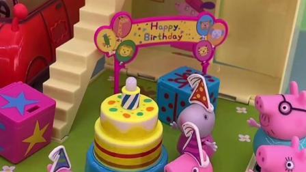 佩奇过生日了,大家都给佩奇准备礼物,佩奇很是高兴