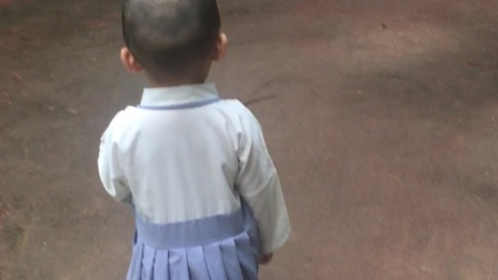 李宝宝在海南恒大旅游城小区开心的散步!