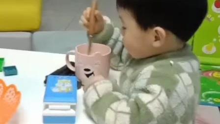 兄弟俩喝奶茶