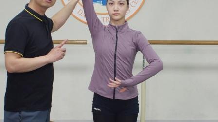 解决舞蹈训练时踢旁腿手的问题