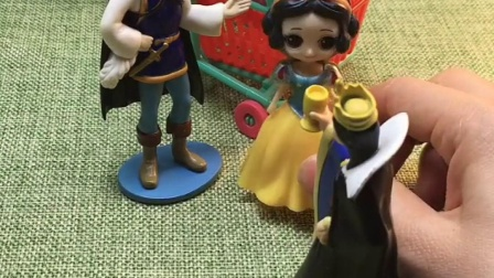 白雪要和王子去超市,被王后阻止,其实是贝尔告的状!