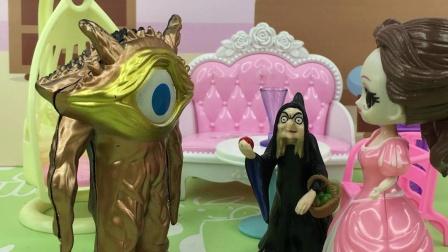 女巫骗白雪吃苹果,结果白雪吃完变成怪兽了