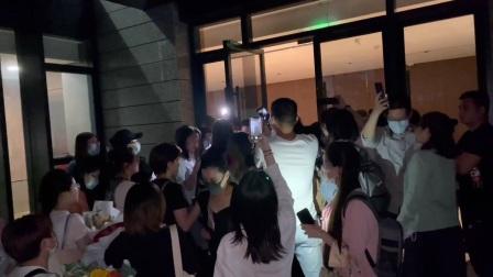 上越的祥林嫂在杭州演出成。女王与粉丝们
