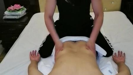 男士精油理疗SPA 颈部推拿: 手法是小且强的划圈动作,颈椎左右各成一个圈圈式的按摩动作。 肩部按摩: 使用滑动轻抚及揉捏的手法,利用大拇指和手掌,从肩膀到颈部