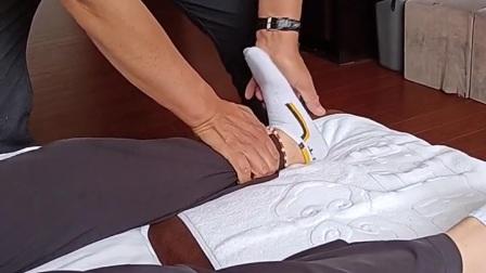 腿部中式推拿舒经活络:双掌叠压放松。膝盖上下一左一右放松提拉。从上往下签拉。压腿。髋关节左三右四旋转签拉膝关节,打太极转足跟。点按涌泉,足三里。#推拿#按摩#m