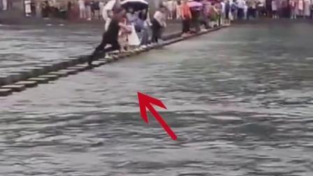 景区突降暴雨,一名小女孩不慎落水,导游奋不顾身跳水营救,将小女孩救上岸边。为他点赞