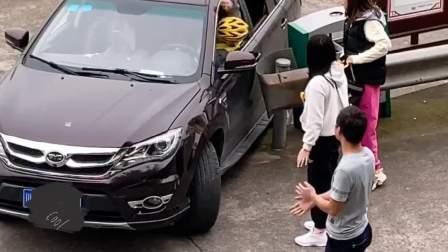 女司机车被卡住,外卖小哥一把开出来