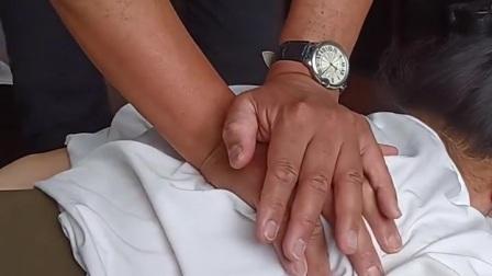 人体背部有督脉和膀胱经所经过,是人体阳气汇集之处。背部行推拿治疗,可以达到舒筋通络、调整脏腑、激发内脏功能,起到协调治疗作用。如刺激上背部肺俞穴可治疗肺脏疾病;