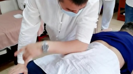 """滚法是推拿的主治手法。滚法是依靠腕肘关节的伸屈动作来促使手掌背部在人体体表进行来回""""滚动""""的。滚法操作时刺激力量强,而且作用面积也较大,深透到体表深层而直达病所"""
