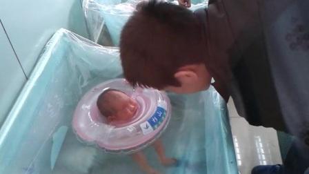 爸爸陪游泳居然睡着了