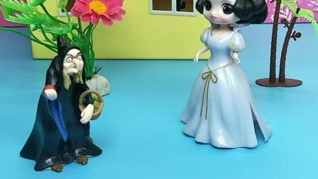 白雪公主溜走,巫婆担心王后惩罚自己,也溜走了