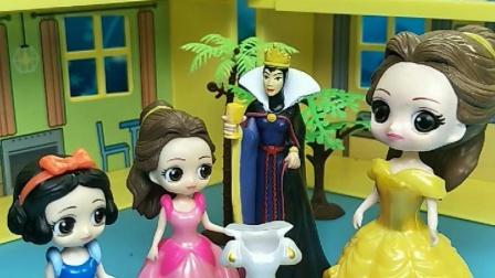 姑妈给贝儿公主买了裙子,没给白雪买,白雪公主不开心