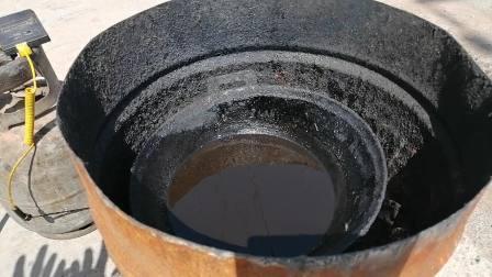 安徽老中医在诸城熬制提脓拔毒黑膏药炼油下丹过程