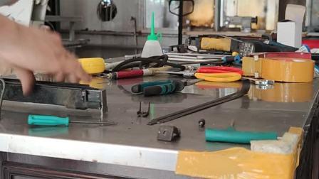 永滔床垫机械P88毛毯枪更换弹槽拉簧的方法