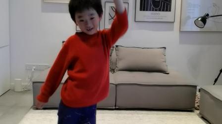 李睿哲在练习舞蹈。