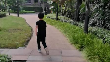 李睿哲在小区步道上快速前进。