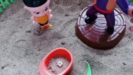 光头强的帽子找不到了,是被大头当玩具玩了,帽子怎么能装沙子呢?