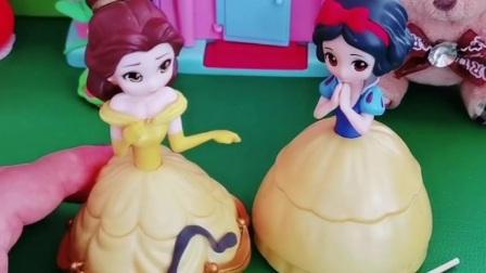 白雪不小心弄脏了贝尔的裙子,贝尔不依不饶,王后会帮谁呢?