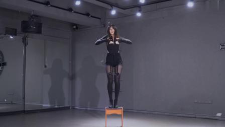 黑丝美女椅子广场舞