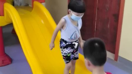 陈罗思航打预防针玩滑滑梯