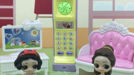 少儿玩具:白雪配合贝儿玩过家家