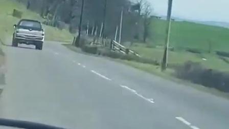 这视频 汽车发生事故是什么原因  谁能懂 右边万丈悬崖 九死一生