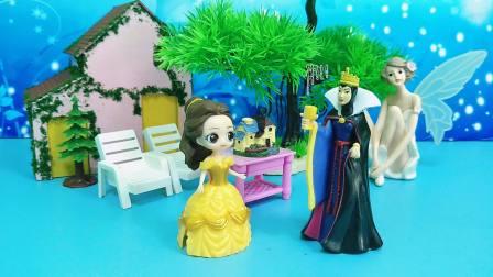 王后要唱歌,贝儿公主打断王后,王后憋不住要教育贝儿
