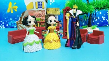 王后给白雪贝儿留了雪糕,贝儿不给白雪吃,要把雪糕都吃掉