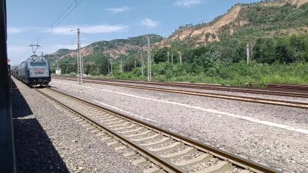 6073次平凉站1道停车(2道停靠一列不可描述的列车)