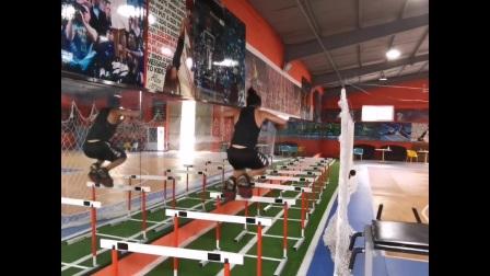 训练状态补卡:  极限鞋跳栏架,跪跳起+跳箱,120斤过头翻顶举。