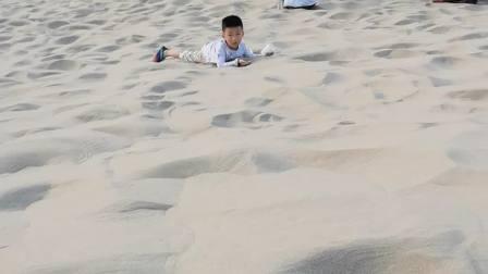 月牙泉他也不看,就玩沙子