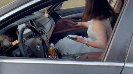 马路晒谷拦婚车收红包,恶心!
