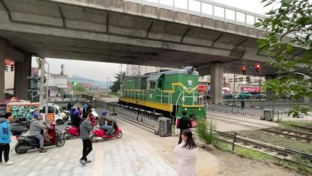 马钢铁运公司GK1E内燃机车单机下行通过G205道口