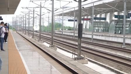 2021年10月19日,G1359次(上海虹桥站-长沙南站)本务中国铁路广州局集团有限公司广州动车段广州南动车运用所CR400AF-A型松江南站通过
