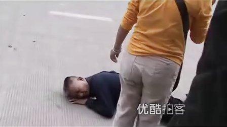 【拍客】老人摔地头破血流众人围观相救