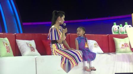 四岁的许颂(贝贝)在《非常6+1》节目中与著名舞蹈演员骆文博表演配乐舞蹈诗朗诵