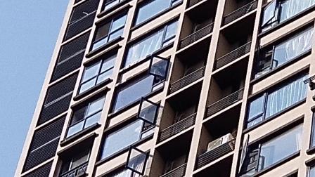 中建御山和苑三期住户从23楼楼上扔下玻璃